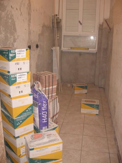 Ristrutturazione cucina demolizione del rivestimento di for Posa alzatina cucina