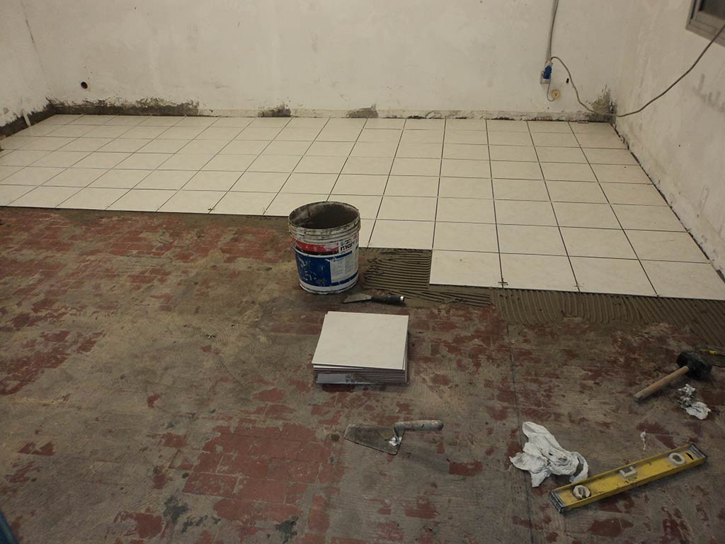 Posa piastrelle pavimento - Quanto costa posa piastrelle ...
